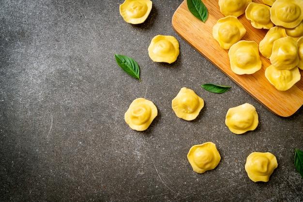 Tradycyjny Włoski Makaron Ravioli Premium Zdjęcia