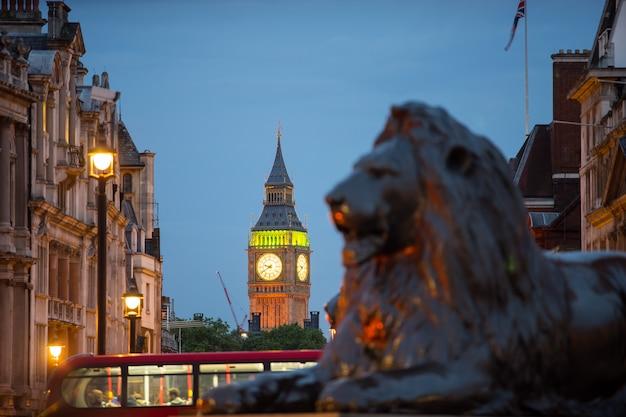 Trafalgar square w londynie w anglii w wielkiej brytanii Premium Zdjęcia