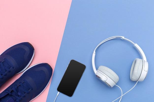 Trampki I Telefon Komórkowy Ze Słuchawkami Premium Zdjęcia