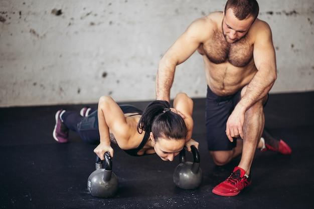 Trener Mężczyzna I Kobieta Push-up Siły Pushup W Treningu Fitness Premium Zdjęcia