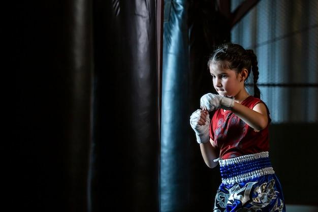 Trening Boksu Tajskiego Little Girl To Kurs Samoobrony Muay Thai. Premium Zdjęcia