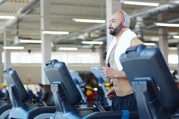 Trening cardio w nowoczesnej siłowni Darmowe Zdjęcia