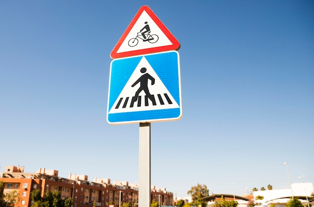 Trójkątny Rowerowy Znak Ostrzegawczy Nad Kwadratowym Przejściem Dla Pieszych Znak Drogowy W Mieście Darmowe Zdjęcia