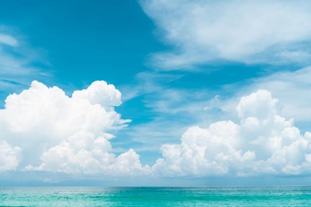 Tropikalna Przyroda Czysta Plaża I Biały Piasek Latem Z Błękitnym Niebem I Bokeh W Tle. Premium Zdjęcia