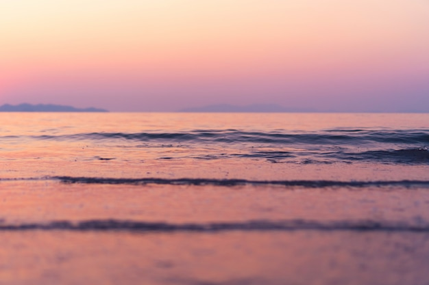 Tropikalnej Natury Czysta Plaża I Biały Piasek W Lecie Ze Słońcem Jasnoniebieskim Tle Nieba I Bokeh. Premium Zdjęcia