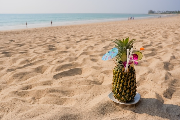 Tropikalny Ananasowy Koktajl świeży Ananasowy Lying On The Beach Na Piasek Plaży Tle Premium Zdjęcia