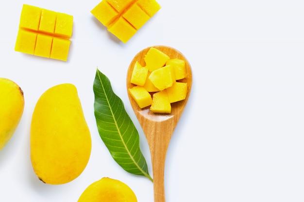 Tropikalny owocowy mango na białym tle Premium Zdjęcia