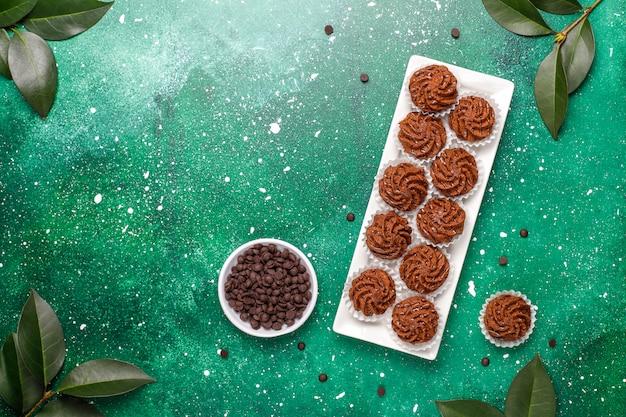 Trufle Mini Ciasta Z Kroplami Czekolady I Kakao W Proszku, Widok Z Góry Darmowe Zdjęcia