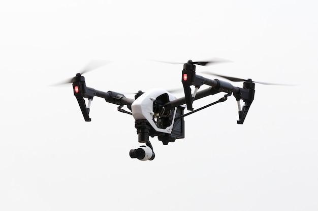 Trutniem latającym na białym tle, pod kątem Premium Zdjęcia