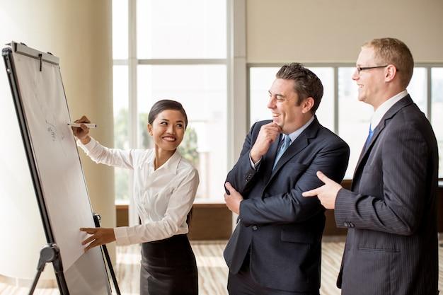 Trzech Ludzi Biznesu żartuje Na Spotkaniu Premium Zdjęcia