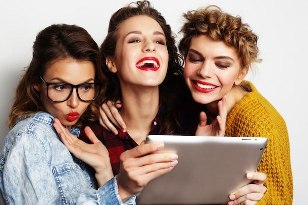 Trzech Przyjaciół Nastolatków Przy Selfie Z Cyfrowego Tabletu Premium Zdjęcia