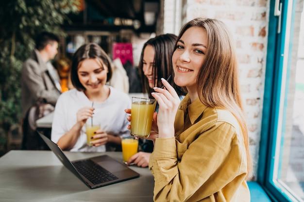 Trzech Studentów Przygotowujących Się Do Egzaminu Z Laptopem W Kawiarni Darmowe Zdjęcia