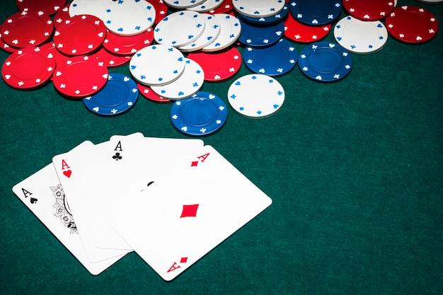 Trzy Asy Karty I żetony W Pokera Premium Zdjęcia