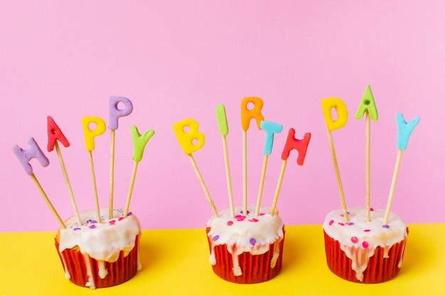 Trzy babeczki z okazji urodzin Darmowe Zdjęcia