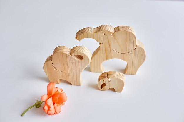 Trzy Drewniane Słonie Wykonane Przez Układankę. Hobby Domowe Premium Zdjęcia