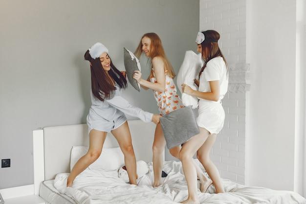 Trzy Dziewczyny Bawią Się W Domu W Piżamie Darmowe Zdjęcia