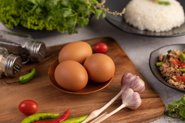 Trzy Jaja Kurze Na Talerzu Z Czosnkiem Pomidory I Chili. Darmowe Zdjęcia