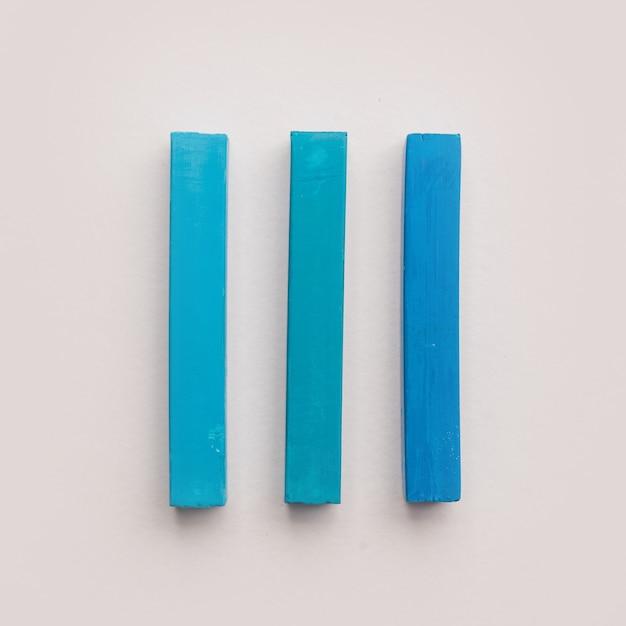 Trzy Kawałki Niebieskiej Kredki Pastelowej Kredą Darmowe Zdjęcia