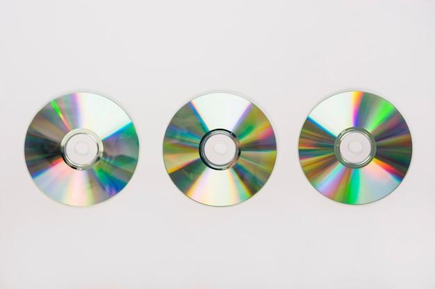 Trzy kółkowy dysk kompaktowy na białym tle Darmowe Zdjęcia