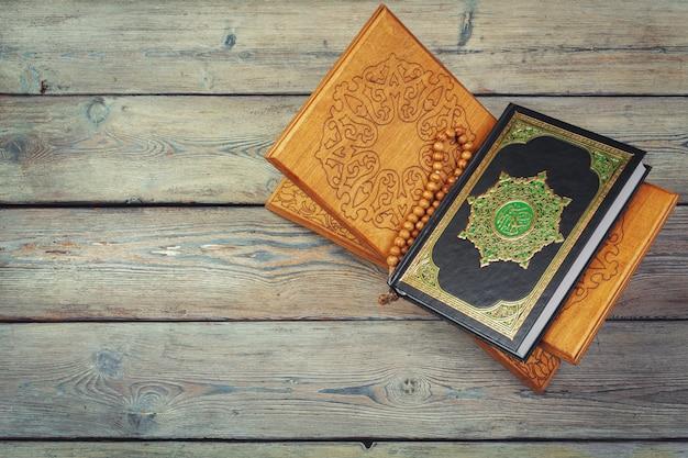 Trzy miesiące, islamska święta księga koran z różańcem. Premium Zdjęcia
