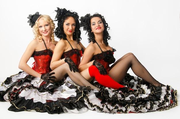Trzy Młode Dziewczyny Tańczą W Studio Francuski Kankan. Francuscy Tancerze Cancan Premium Zdjęcia