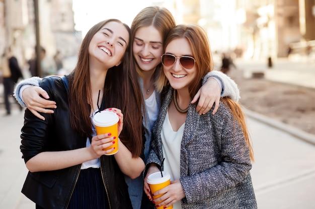 Trzy młode kobiety uśmiechnięte Premium Zdjęcia