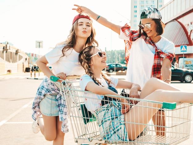 Trzy Młode Piękne Dziewczyny, Zabawy W Koszyku Darmowe Zdjęcia