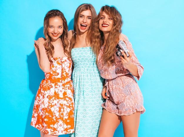 Trzy Młode Piękne Uśmiechnięte Dziewczyny W Modne Letnie Sukienki Na Co Dzień. Seksowny Beztroski Kobiet Pozować. Robienie Zdjęć Aparatem Retro Darmowe Zdjęcia