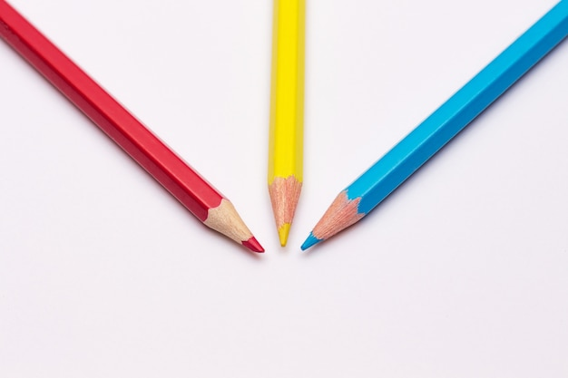 Trzy Ołówki: żółty, Czerwony I Niebieski, Podstawowe Kolory Premium Zdjęcia