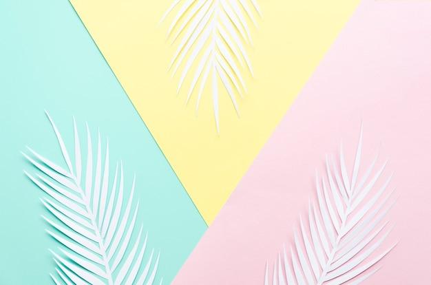 Trzy papierowe liście palmowe na stole Darmowe Zdjęcia
