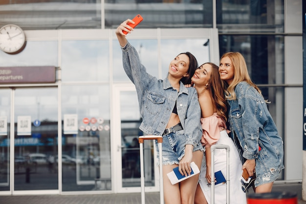 Trzy piękne dziewczyny stojące przy lotnisku Darmowe Zdjęcia