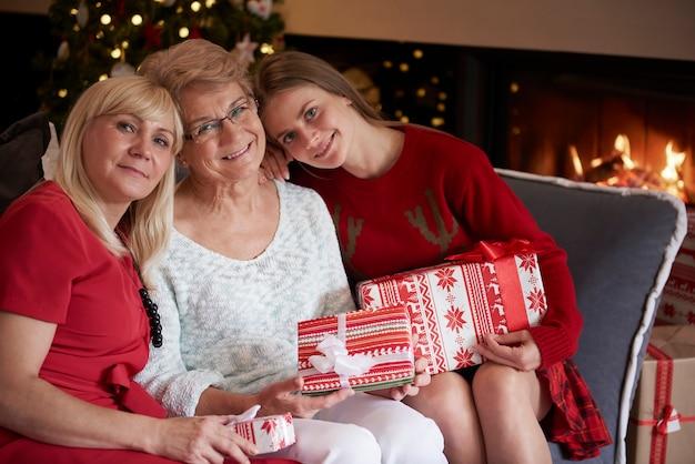 Trzy Pokolenia Piękna W Okresie świątecznym Darmowe Zdjęcia