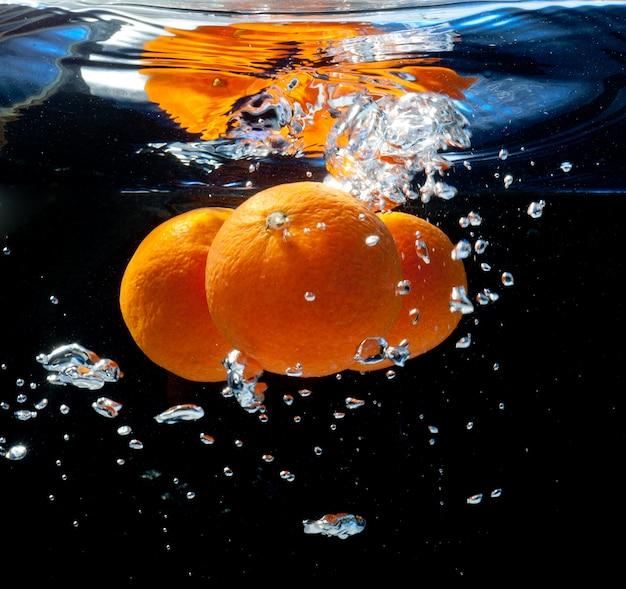 Trzy Pomarańcze W Wodzie Premium Zdjęcia