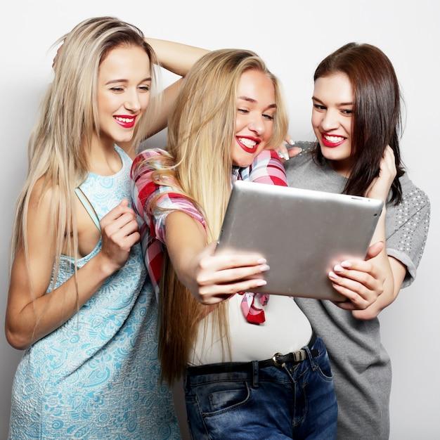 Trzy Przyjaciółki Przy Selfie Z Cyfrowego Tabletu Premium Zdjęcia