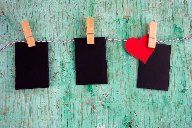 Trzy Puste Makiety Etykiet I Papieru Czerwone Serce Na Szpilki Tkaniny Wiszące Na Linie Premium Zdjęcia