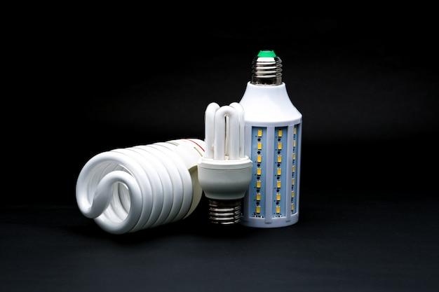 Trzy Rodzaje Lamp Led Na Czarnym Tle Premium Zdjęcia