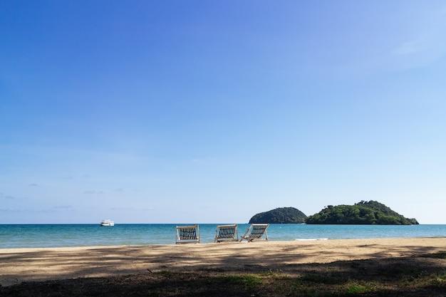 Trzy Składane Krzesła Plażowe Na Plaży Z Morza I Jasne Niebo W Tle. Premium Zdjęcia