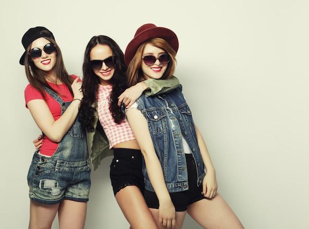 Trzy stylowe seksowne hipster dziewczyny najlepszych przyjaciół. Premium Zdjęcia