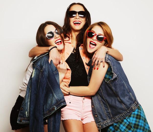 Trzy stylowe seksowne hipster dziewczyny najlepszych przyjaciół Premium Zdjęcia