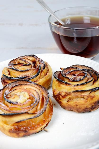 Trzy Tarta Jabłkowa Na Talerzu I Filiżance Herbaty Premium Zdjęcia