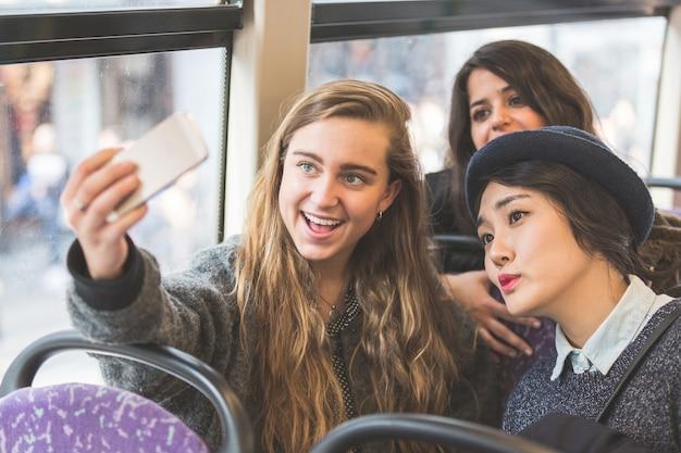 Trzy Womentowanie Selfie W Autobusie Premium Zdjęcia