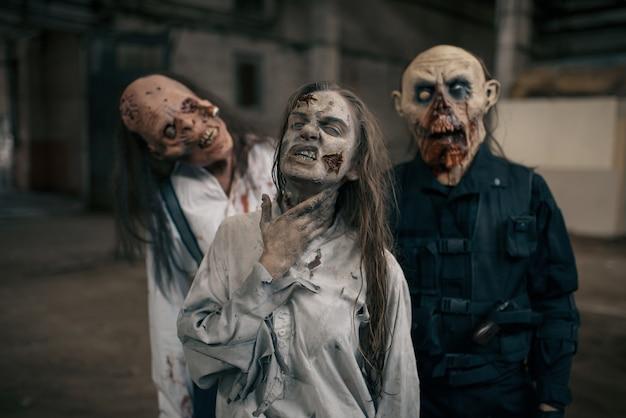 Trzy Zombie W Opuszczonej Fabryce, Przerażające Miejsce. Horror W Mieście, Przerażający Atak Pełzaczy, Apokalipsa Zagłady, Krwawe, Złe Potwory Premium Zdjęcia