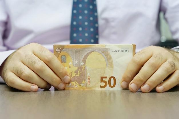 Trzymaj Ręce I Liczenie Banknotów Euro Premium Zdjęcia