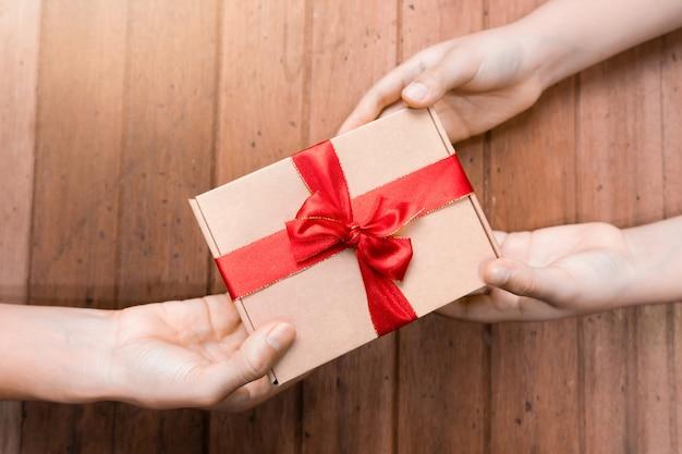 Trzymaj ręce za prezenty Premium Zdjęcia