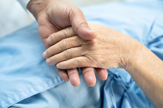 Trzymając Się Za Ręce Azjatycki Starszy Kobieta Pacjent Z Miłością. Premium Zdjęcia