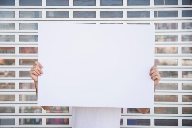 Trzymanie plakatu Darmowe Zdjęcia