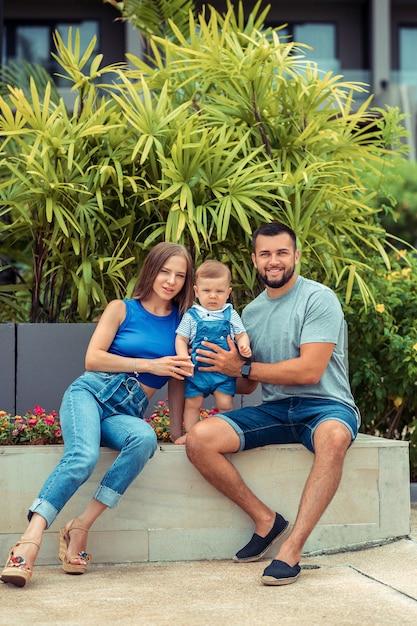 Trzyosobowa Rodzina Zabawy I Zabawy Na świeżym Powietrzu Premium Zdjęcia