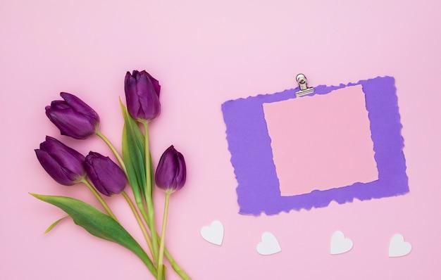 Tulipany Z Czystym Papierem I Małymi Sercami Darmowe Zdjęcia