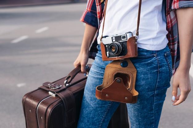 Tułów podróżnika młodej kobiety niosącej torbę bagażową na ulicy Darmowe Zdjęcia