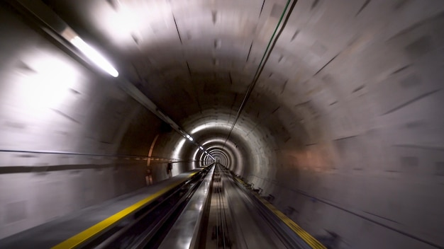 Tunel Dla Pociągów Na Lotnisku W Zurychu, Koncepcja Prędkości I Technologii Premium Zdjęcia